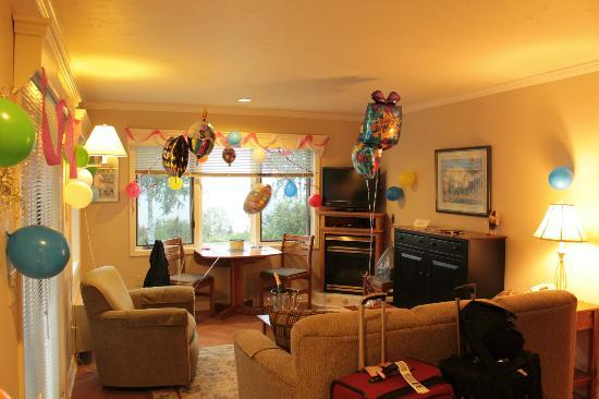 Bay Point Inn: Our living space decorated for birthday
