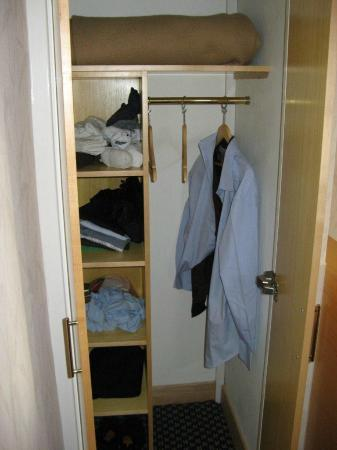 Imperial Hotel: Clean and compact cupboard