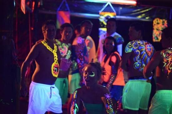 The Shiralee Backpackers Hostel: getting painted for full moon party!