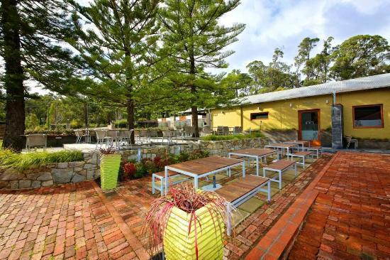 Inn Mahogany Creek : old inn garden deck