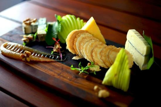 Inn Mahogany Creek : cheese board at the bar