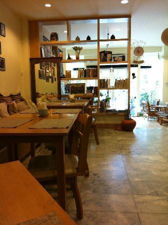 La Casa de Nimman : Light and airy, spacious dining area