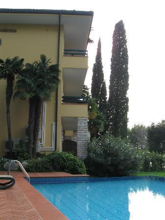 Sporting Hotel Residence: Il residence visto dalla piscina