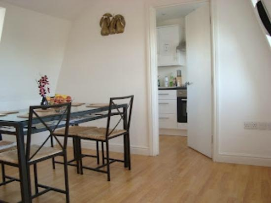 Central London Serviced Aparthotel: dinning room & entrance to kitchen