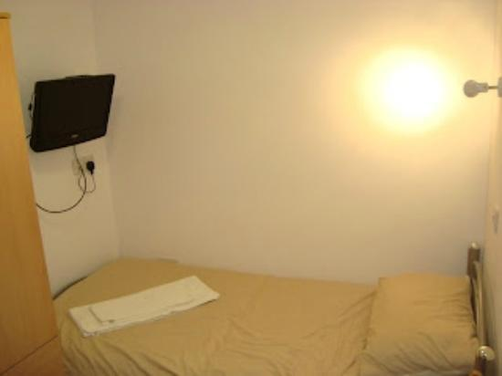 Flexistay London Serviced ApartHotel: bed in room and TV