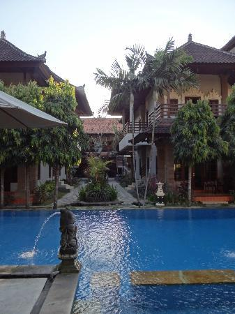 Puri Sading Hotel: Pool & entrance