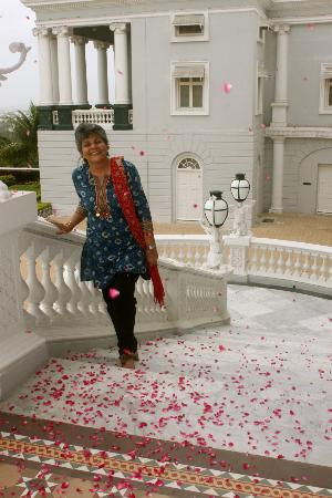 Taj Falaknuma Palace: Rose petals shower on entry