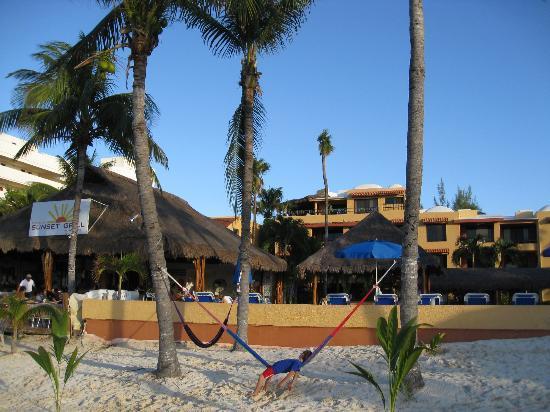Nautibeach Condos: Hotel beach