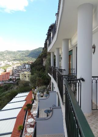 Grand Hotel Capodimonte: Not much privacy on the balcony