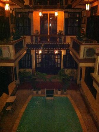 Nhi Nhi Hotel: View of the swimming pool