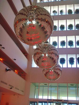Hotel SU: Hotel Lobby daytime