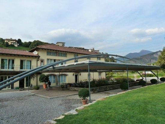 Sarnico, Italy: L'esterno e la tensiostruttura