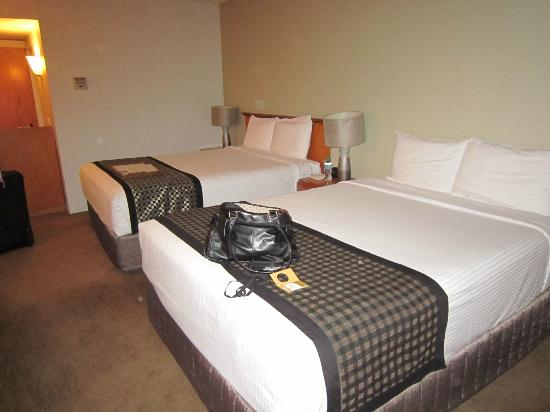 Rydges Camperdown: One queen bed with headboard, one double bed without headboard