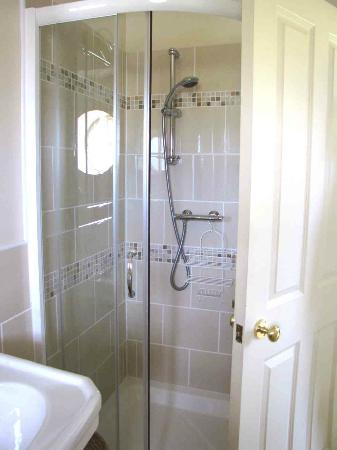 Overhailes Farm Bed & Breakfast: Shower