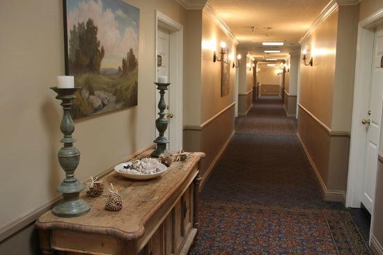Sand Pebbles Inn: corridor