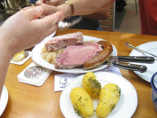 Zum Gemalten Haus: 名物の豚肉とソーセージ