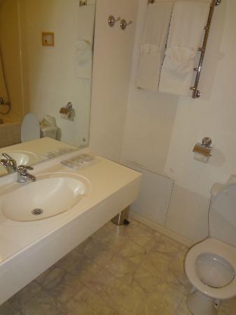 West Hotel: bathroom