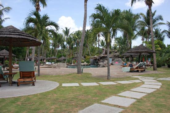 Galley Bay Resort: Lots of open space around pool