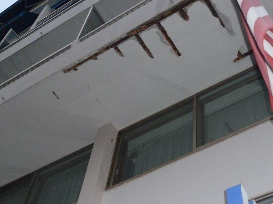 Cannes Palace Hotel : IS THE BALCONY SAFE ?