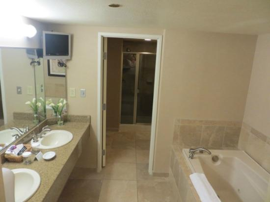 Harrah's Laughlin: Suite bathroom