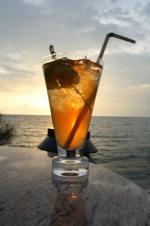 โรงแรมปารดี: Cocktails at the Sunset Lounge