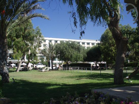 Constantinou Bros Athena Royal Beach Hotel: view from the lawn