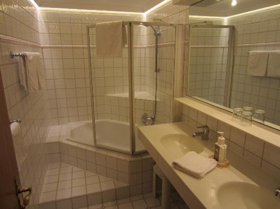 Alpenhotel Ischglerhof: Bathroom in Fimba room