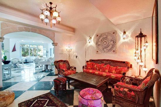 Hostal Paris: Lounge & Breakfast Area