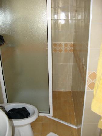 Hotel Micamada: Durchgang zur Dusche ca 35 cm