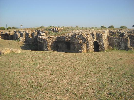 La necropoli di Anghelu Ruju : anghelu ruju schiera di tombe