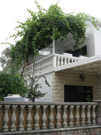 Hotel Oliva: вид с улицы на балкон 5-го номера