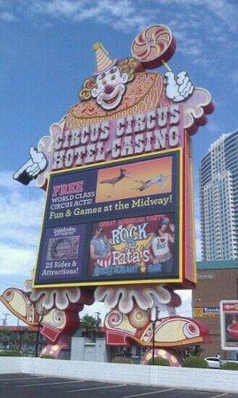 Circus Buffet : The entrance
