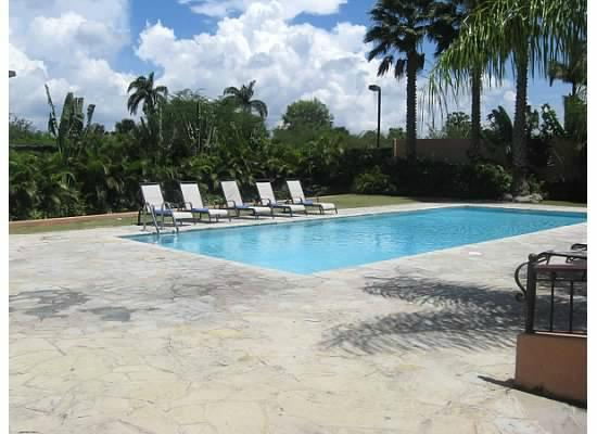Hodelpa Garden Court: pool area