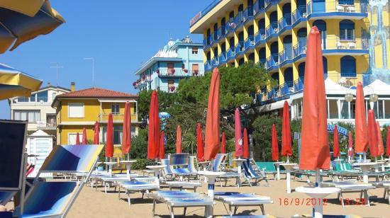 هوتل جاردينيا: Blick vom Strand zum Hotel 