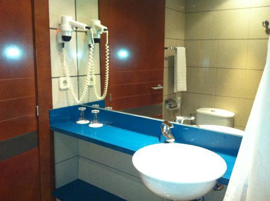 Tres Torres Atiram Hotel: baño no muy grande