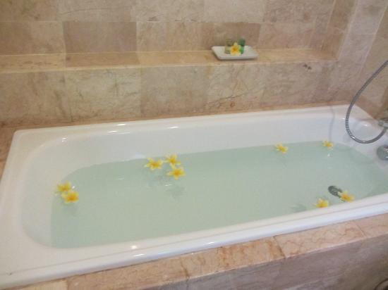 Royal Singosari Kuta: Bathtub.