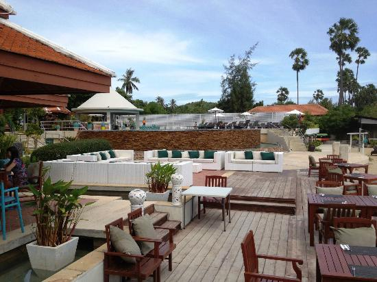 Samui Buri Beach Resort : Outside the restaurant by day