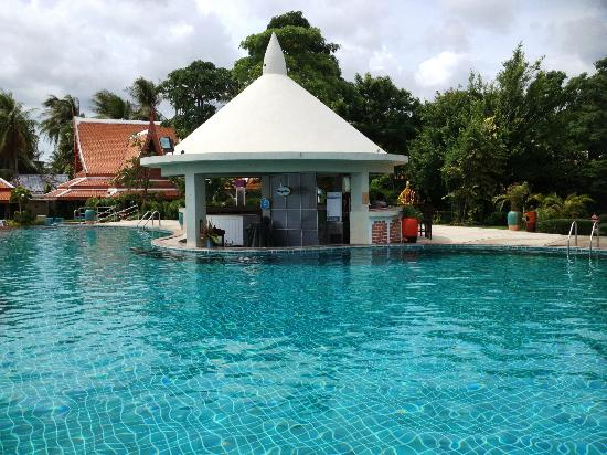 Samui Buri Beach Resort: The pool bar
