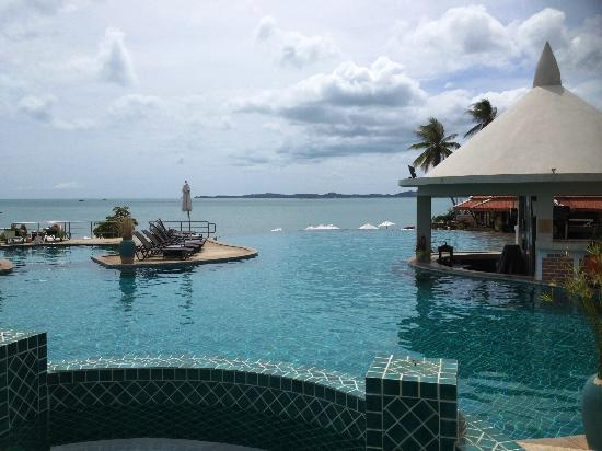 Samui Buri Beach Resort: Infinity pool