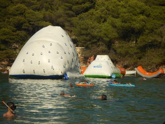 Hotel Zora: Cooler beach - inflatable climbing walls 
