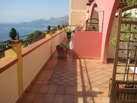 Baia Taormina: view of other terraces and easy access