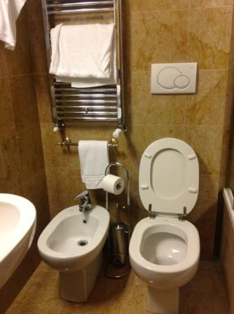 Hotel Sant'Ambroeus: tiny bathroom