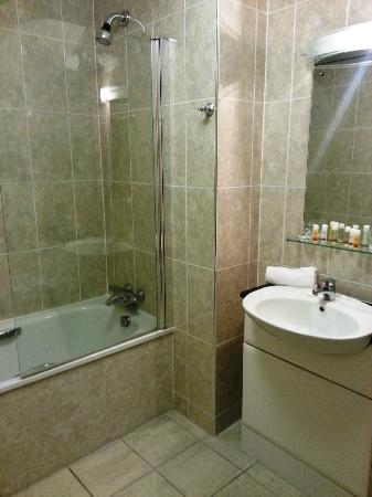 The Rutland Hotel: Clean & modern bathroom
