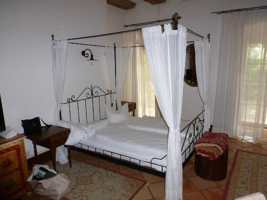 Grand Hotel Orphee: Zimmer mit Himmelbett