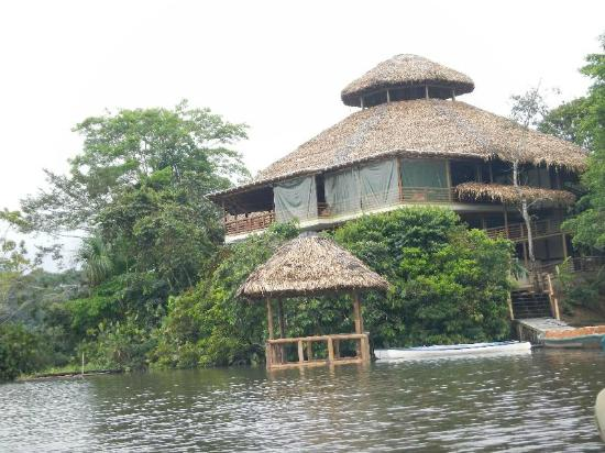 La Selva Amazon Ecolodge : View of the main building from the lagoon