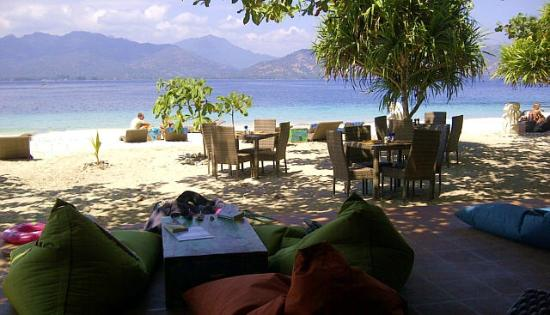 The Beach Club Hotel Gili Air: dining on the beach