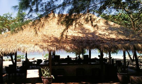 The Beach Club Hotel Gili Air: restaurant and bar