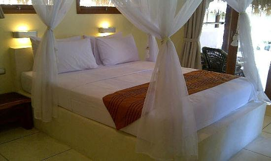 The Beach Club Hotel Gili Air: kingseize bed with mosquito net