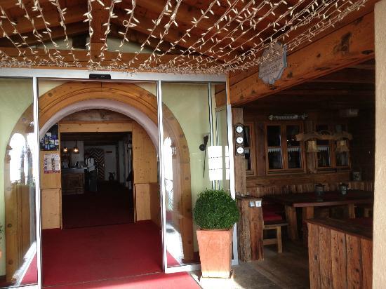 Sporthotel Cristall: L'entrata dell'hotel
