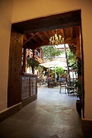 Hotel San Agustin : A view of the courtyard